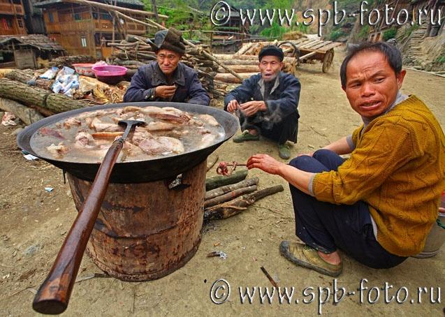 Китайцы варят свиное мясо в котле, деревня Зенчон 2010 год