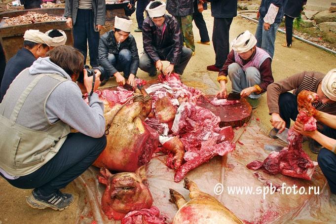 Travel photographer Владимир Григорьев снимает процесс разделки свиных тушь в Юго-Западном Китае