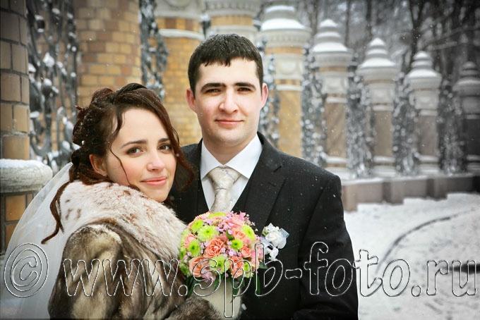 Где фотографировать свадьбу зимой в Санкт-Петербурге? Ограда Михайловского сада, февраль, снегопад, жених и невеста