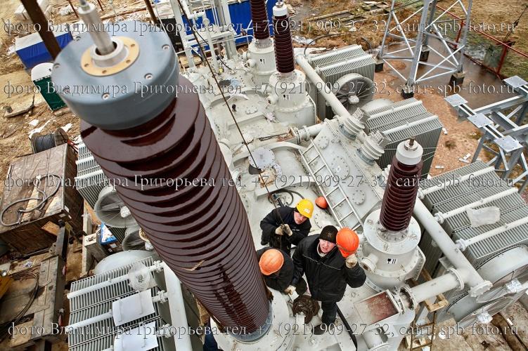 Фотосъемка процесса монтажа высоковольтных вводов трансформаторов,  на подстанции в Санкт-Петербурге
