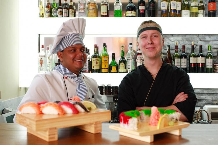 На фото суши-бар ресторана Васабико