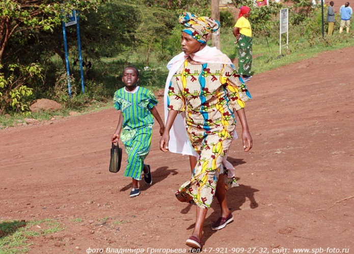 Танзанийцы в ярких одеждах